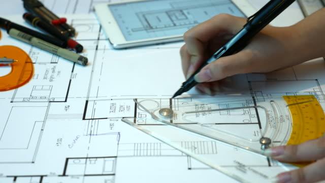 Nahaufnahme des Architekten Hand, die auf Pläne liegen vor, 4 k (UHD