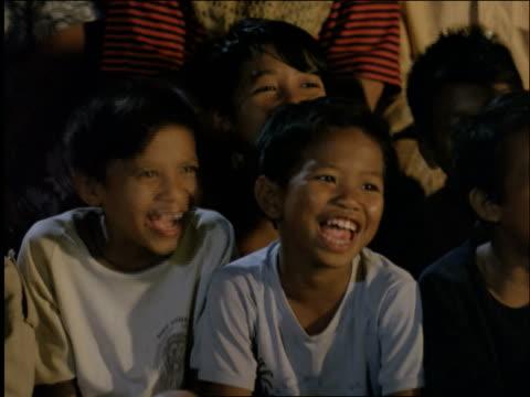 stockvideo's en b-roll-footage met close up of asian children in audience laughing / ubud / bali / indonesia - alleen jongens