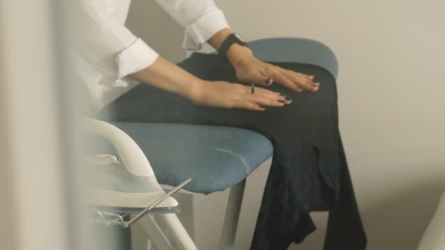 アジアのデザイナーのクローズ アップの女性の彼女の部屋在庫ビデオで服にアイロンをかけています。 - アイロン点の映像素材/bロール