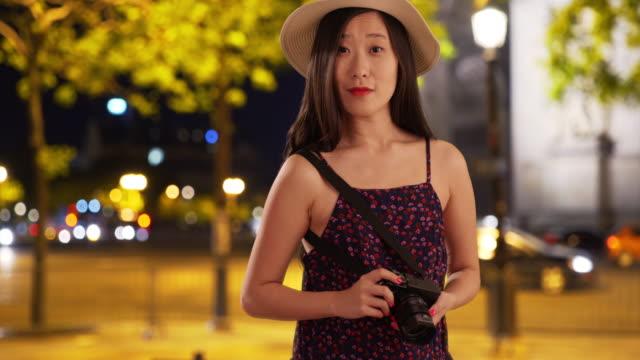 vidéos et rushes de close up of asian millennial tourist taking photo in paris france - arc élément architectural