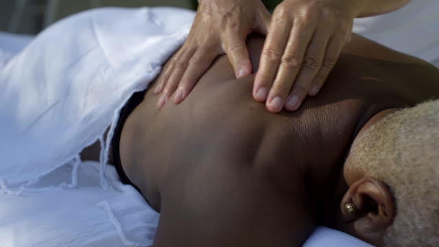 vídeos de stock, filmes e b-roll de close up of back and shoulder massage - ombro