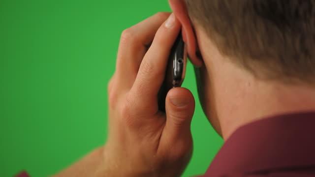 vídeos y material grabado en eventos de stock de close up of back of man on cell phone - oreja