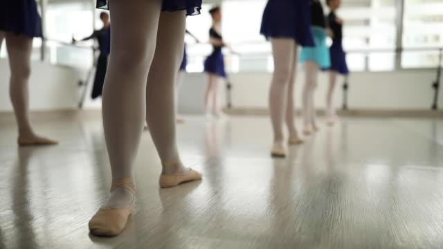 nahaufnahme von ballerinas beine - ballettschuh stock-videos und b-roll-filmmaterial