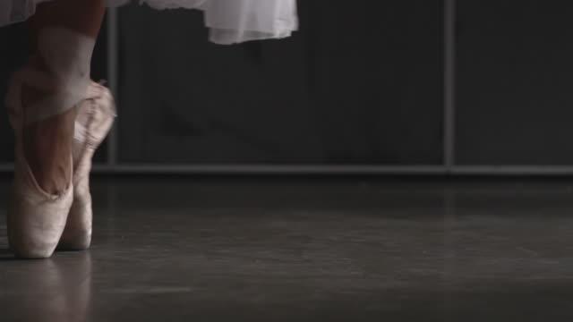 close up of ballerina's shoes on pointe - auf den zehenspitzen stock-videos und b-roll-filmmaterial