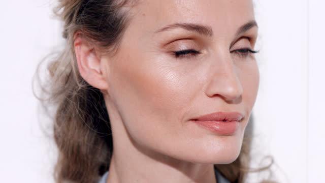 vídeos de stock e filmes b-roll de close up of beautiful bronzed woman. - mulheres maduras
