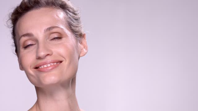 close up of beautiful mature woman. - viso naturale video stock e b–roll