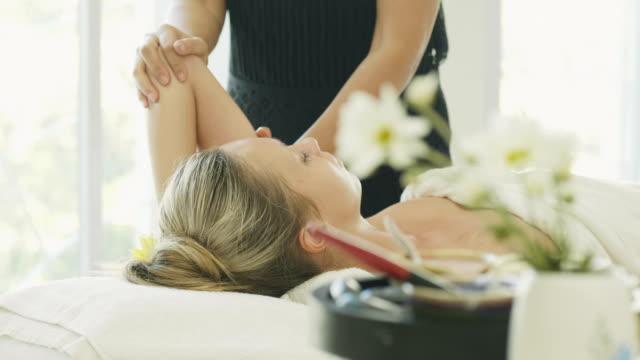 vídeos de stock e filmes b-roll de close up of beautiful woman enjoying massage therapy - acupuntura