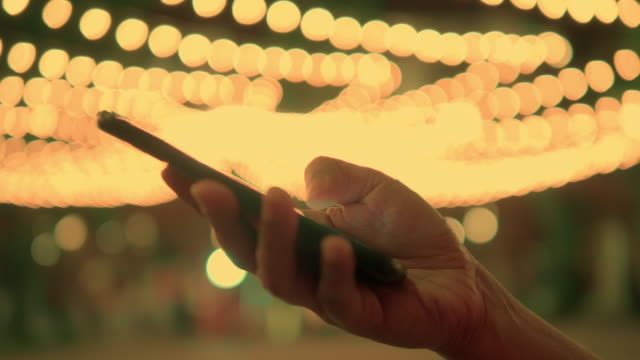 Nahaufnahme der schönen Frau Hände auf Smartphone in der Stadt