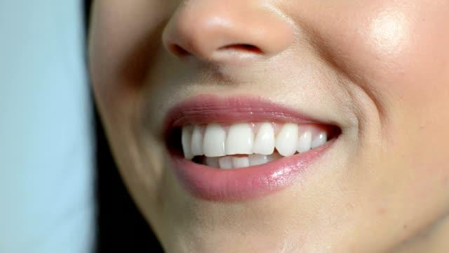 Nahaufnahme der Mund der schönen Frau mit perfekten Zähnen, wie sie spricht
