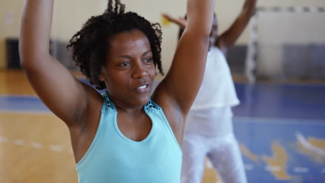 vídeos de stock e filmes b-roll de close up of black woman doing aerobics - adulto de idade mediana