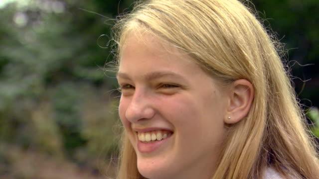 stockvideo's en b-roll-footage met close up of blonde teen girl  - alleen één tienermeisje
