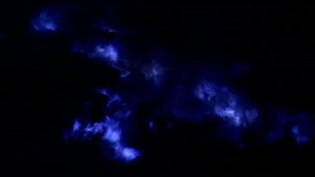 vídeos y material grabado en eventos de stock de cerca de azul (azufre azul llamas) de lava en el volcán, volcán kawah ijen, java oriental, indonesia. - java
