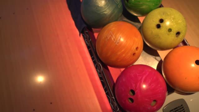 vídeos y material grabado en eventos de stock de primer plano de bolas de bolos en la bolera de diez pines - bola de bolos