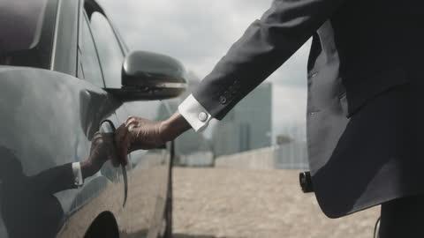 vídeos y material grabado en eventos de stock de close up of business man charging electric car at charging station in city - coche eléctrico coche alternativo