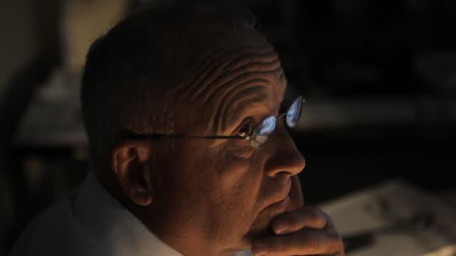 vídeos y material grabado en eventos de stock de close up of business man working late at the office - fiabilidad
