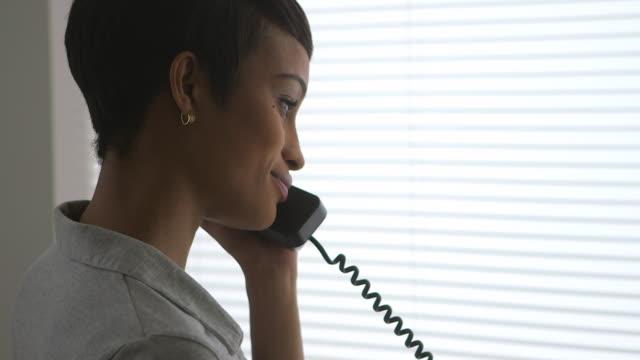 stockvideo's en b-roll-footage met close up of business woman making phone call - telefoonhoorn