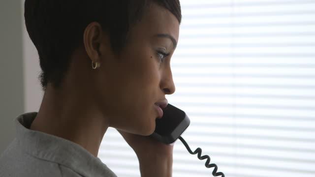 stockvideo's en b-roll-footage met close up of business woman talking on phone - telefoonhoorn