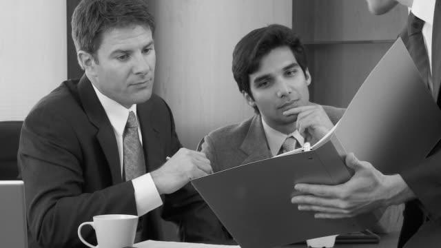 vídeos y material grabado en eventos de stock de close up of businessman talking to colleagues in office - vestimenta de negocios formal