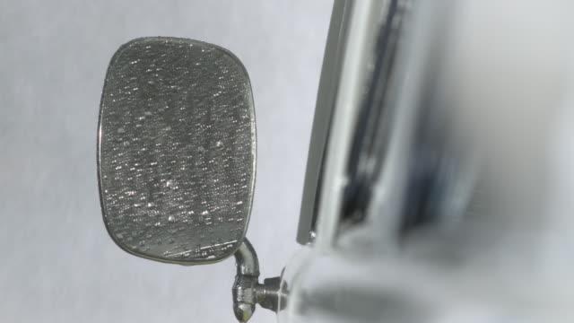 vídeos y material grabado en eventos de stock de close up of car mirror in car wash - retrovisor exterior