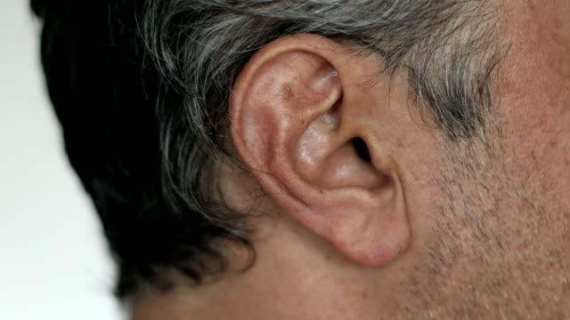 白人男性の耳のクローズアップ - リスニング - 盗み聞き点の映像素材/bロール
