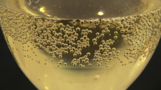 vidéos et rushes de close up of champagne in a glass - champagne