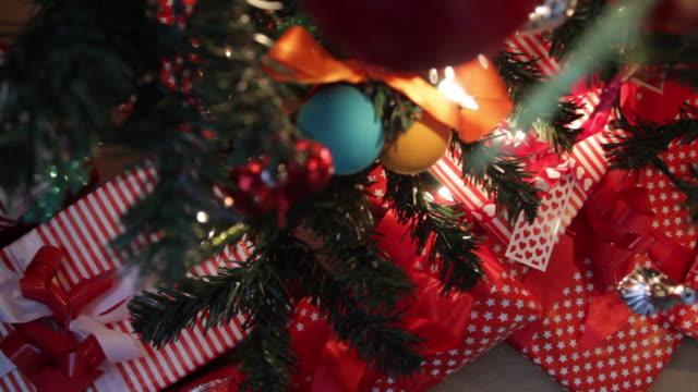 vídeos de stock e filmes b-roll de close up of christmas decoration - decoração de natal