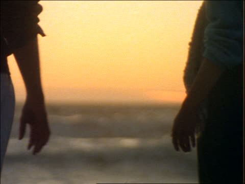 vídeos de stock e filmes b-roll de close up of couple holding hands - perto