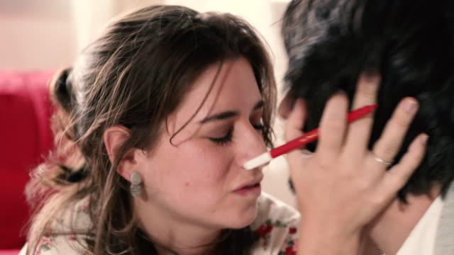 vidéos et rushes de close up of couple in love - embrasser sur la bouche