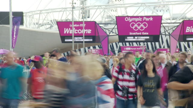 a close up of crowds leaving the london 2012 olympic stadium with the olympic logo in the background timelapse olympic crowds at olympic park on... - 2012年ロンドン夏季オリンピック点の映像素材/bロール