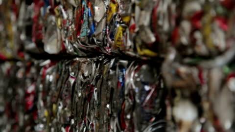 vídeos y material grabado en eventos de stock de primer plano de triturar bales latas en estaño - aluminio
