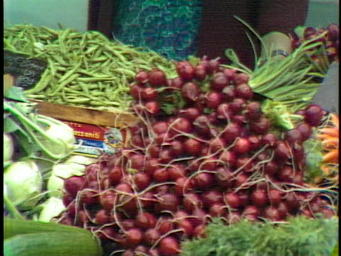 close up of dark red radishes in an outdoor market - music or celebrities or fashion or film industry or film premiere or youth culture or novelty item or vacations stock-videos und b-roll-filmmaterial