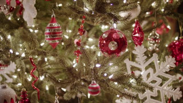 """close up of decorated christmas tree / cedar hills, utah, united states"" - albero di natale video stock e b–roll"