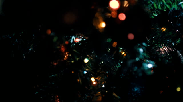 vídeos de stock, filmes e b-roll de close-up de árvore de natal decorada - árvore de natal