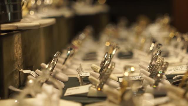 close up of diamond rings in jewellery shop window in hatton garden, london - schaufenster stock-videos und b-roll-filmmaterial