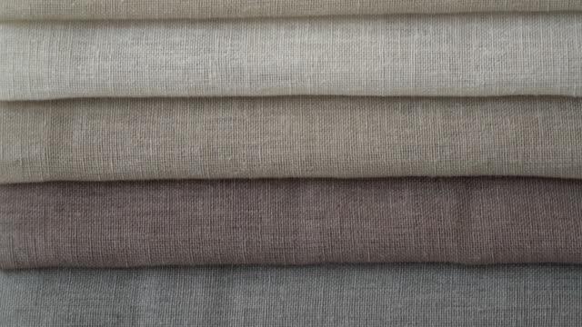 vídeos de stock e filmes b-roll de close up of different textile colors at a fabric store - indústria têxtil