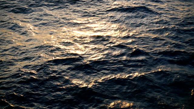 乱れた青い海水面をクローズアップします。タイトルまたは終了クレジットのスローモーション 240 p。 - 泡立つ波点の映像素材/bロール