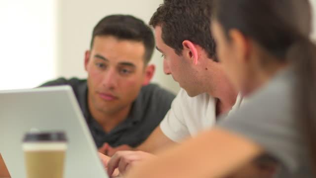 vídeos de stock, filmes e b-roll de close up of diverse group of office workers at laptop - olhos verdes