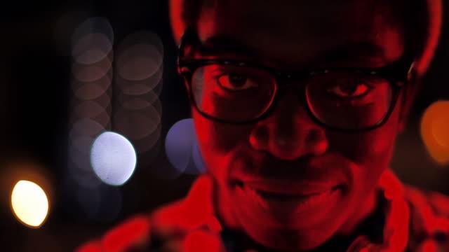 vidéos et rushes de close up of dj head bobbin' to music at camera - party hat