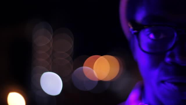 vídeos de stock e filmes b-roll de close up of dj head bobbin' to music at camera - cabeça humana