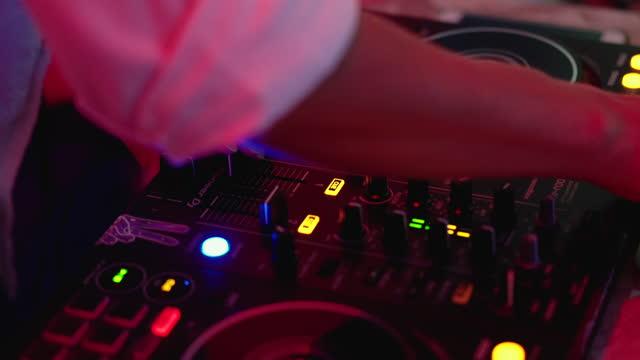 stockvideo's en b-roll-footage met close up van dj mixer controller desk in night club disco party concert - club dj