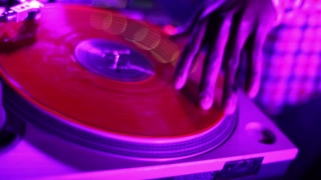 stockvideo's en b-roll-footage met close up of dj's hands spinning turntables - draaitafel