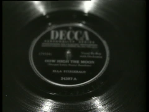 vidéos et rushes de b/w close up of ella fitzgerald 78 rpm record spinning - platine de disque vinyle