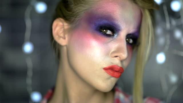 vídeos y material grabado en eventos de stock de primer plano de cara con multicolored maquillaje - sombreador de ojos