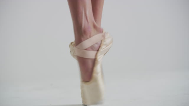 close up of feet of woman ballet dancer on pointe in studio - ballettschuh stock-videos und b-roll-filmmaterial