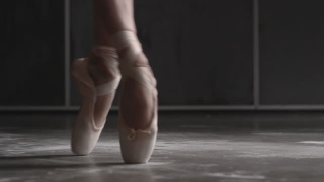 vidéos et rushes de close up of female ballerina's shoes performing brisã©, ã©chappã©, entrechat - danseuse classique