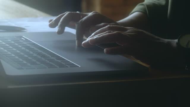 vídeos de stock, filmes e b-roll de close-up de mãos femininas usando computador portátil - teclado de computador