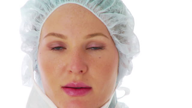 close up of female surgeon wearing surgical mask - chirurgenkappe stock-videos und b-roll-filmmaterial