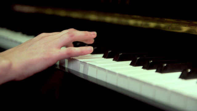 vídeos de stock e filmes b-roll de close up of fingers playing keys on a piano - pianista