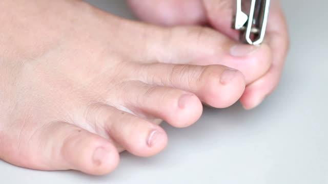 vídeos de stock, filmes e b-roll de close-up do pé durante uma limpeza, pedicure - dedo do pé humano