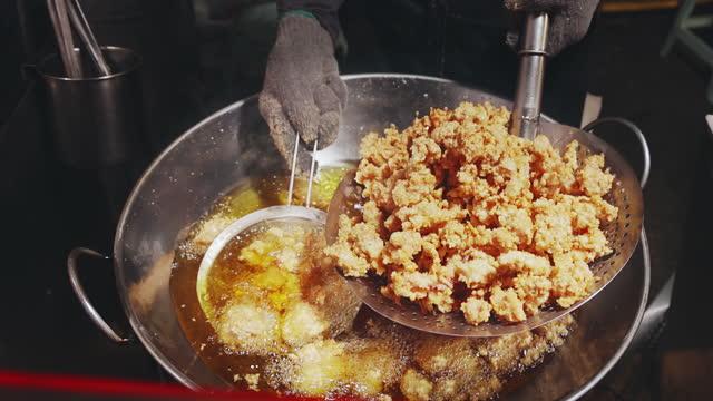 vídeos y material grabado en eventos de stock de primer plano de freír pollo - pollo frito